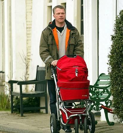 Wouter Bos met kinderwagen