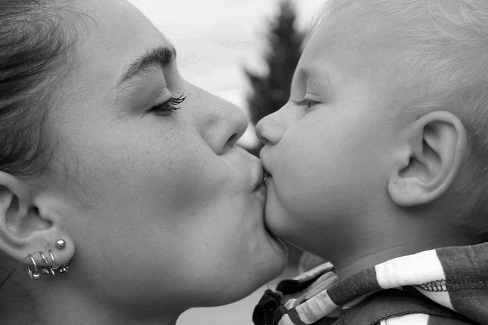 Kind kussen op de mond wat vind jij kan dit nu wel of niet