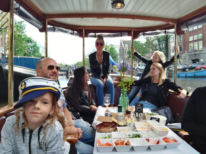kapitein Iglo vaar door grachten Amsterdam
