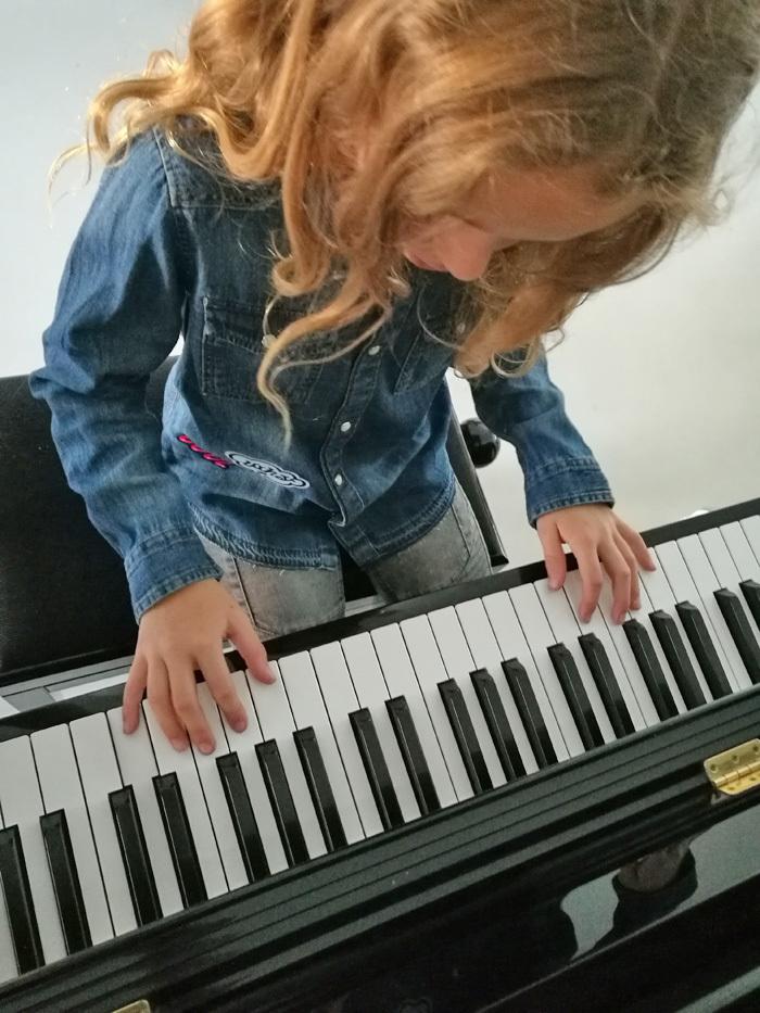 deezer familiy, lotte speelt piano