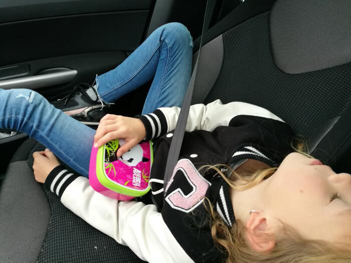 lotte slaapt in de auto