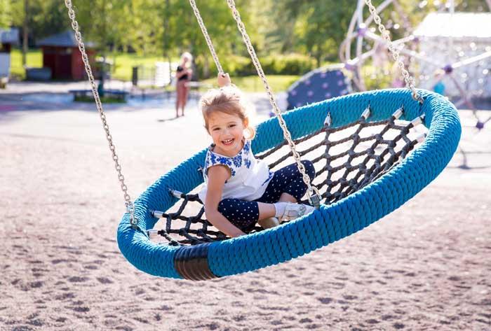 kind alleen buiten spelen
