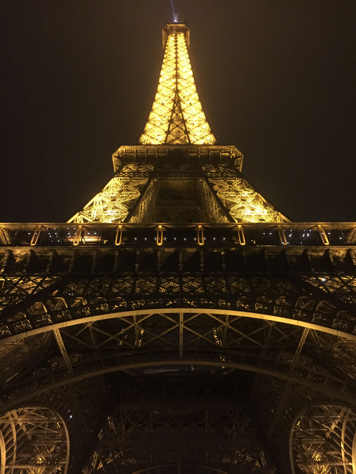 parijs bezoeken, wandelen onder verlichte eifeltoren