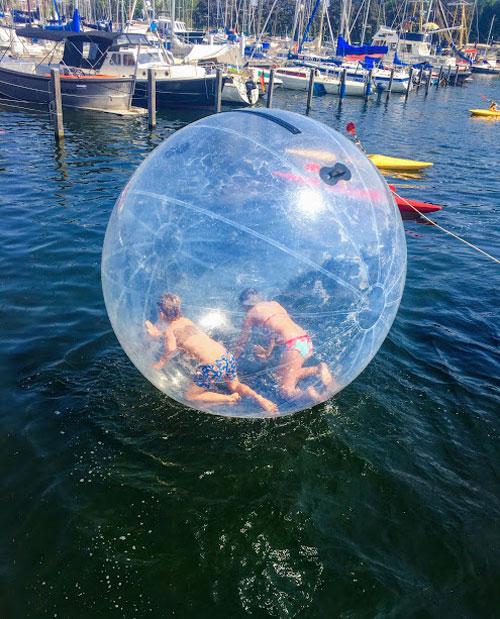 met de bal op het water