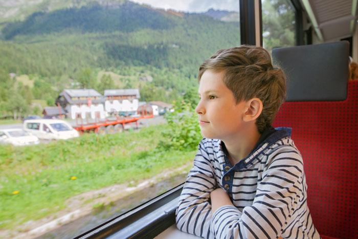 kind alleen met trein