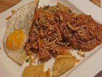 nasi en zelfgemaakte pindasaus