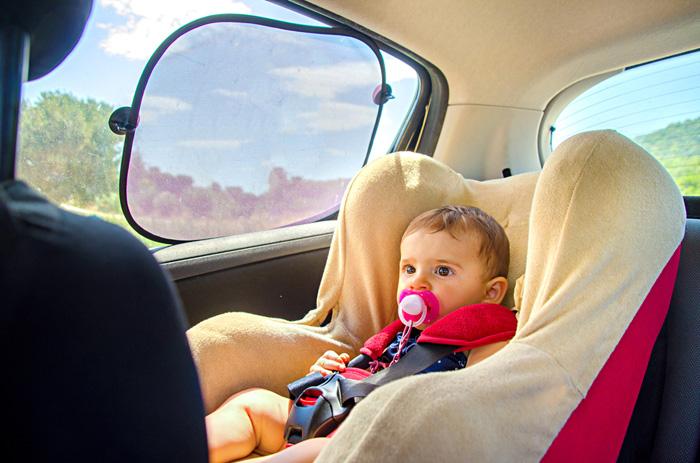 Handi in de auto onderweg meenemen baby