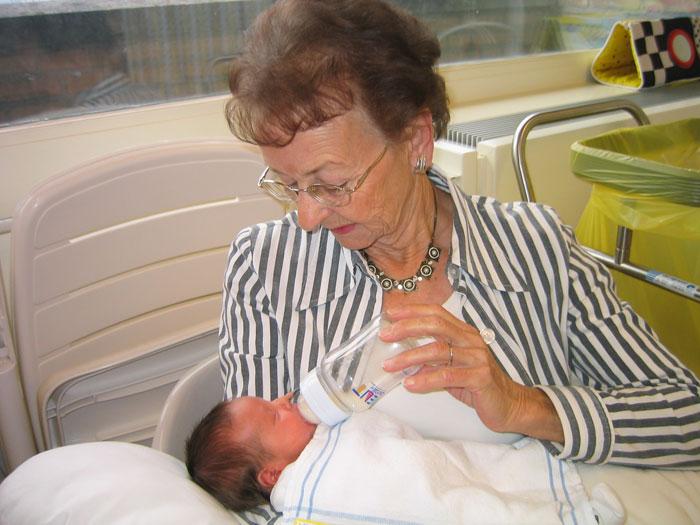 oma geeft flesvoeding