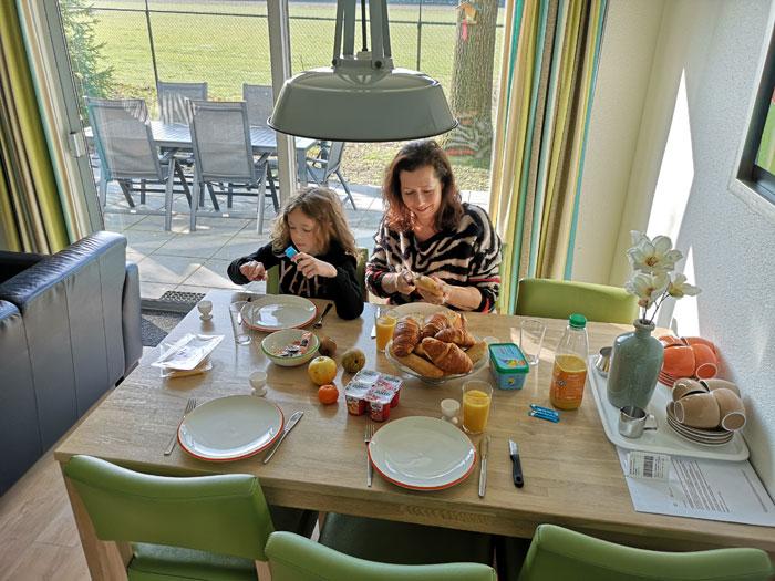 het land van bartje, ontbijten in de bungalow