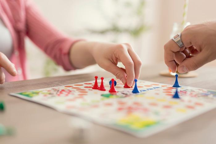 met kinderen spelen
