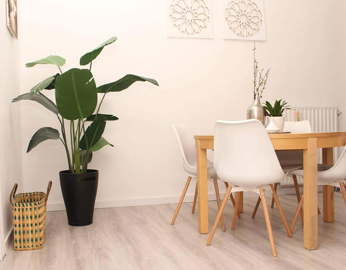 eetkamer met licht hout en lichte stoelen