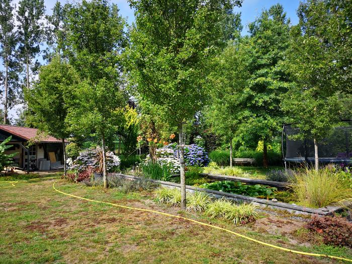 grote tuin met trampoline