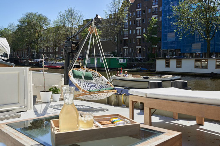 relaxen op het water met deze woonboot in Amsterdam