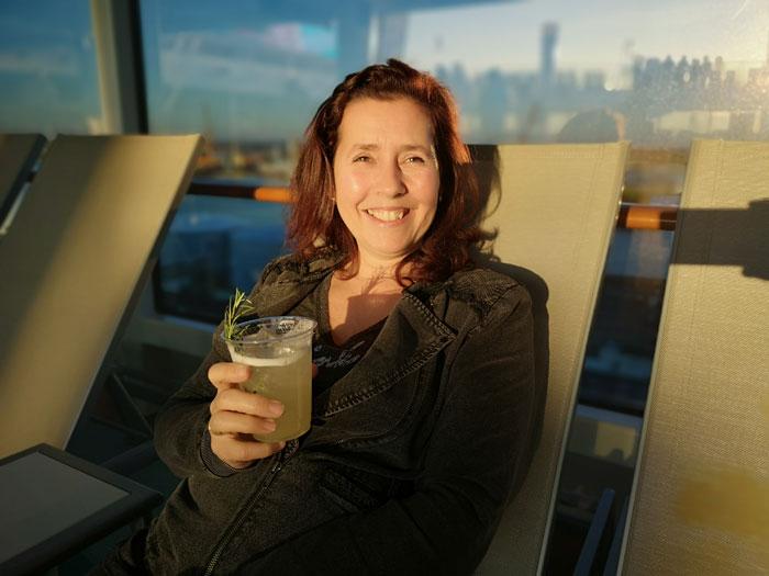 cocktails drinken op het zonnedek tijdens het maken van een cruise