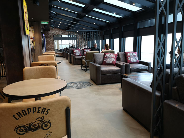 cafe op de Norwegian Encore, lekker een drankje doen tijdens het maken van je cruise