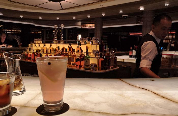 heerlijk cocktails drinken tijdens het maken van je cruise
