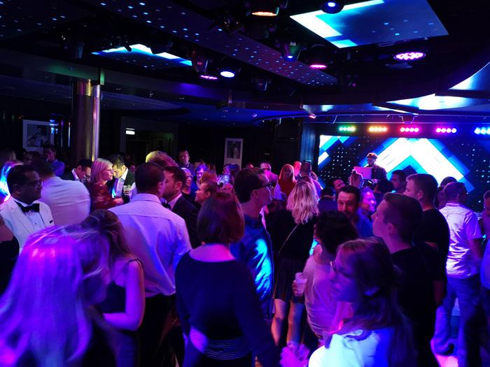 Lekker dansen in de disco met moderne muziek tijdens het maken van je cruise