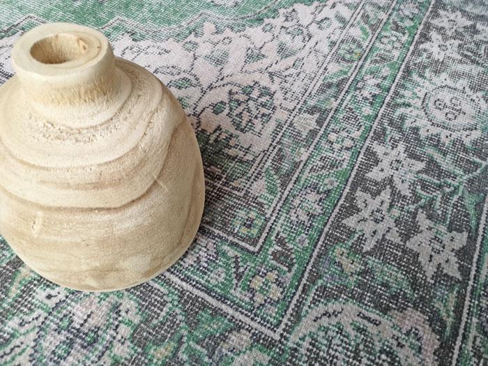 hout gecombineerd met een vloerkleed in vintage groen
