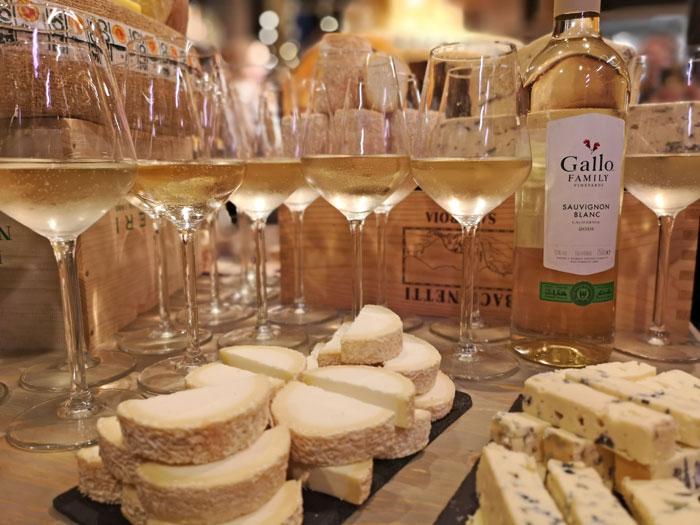 Sauvignon blanc Gallo wijn en kaas combinatie met een geitenkaasje en aderkaas