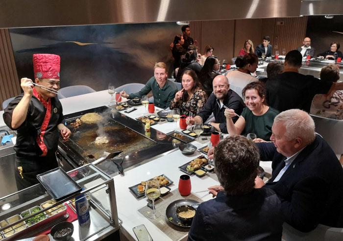 Teppanyaki japans eten in een specialty restaurant tijdens het maken van een cruise op de Norwegian Encore