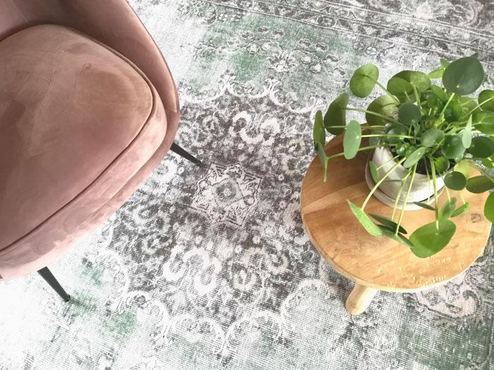 vintage vloerkleed met roze stoel