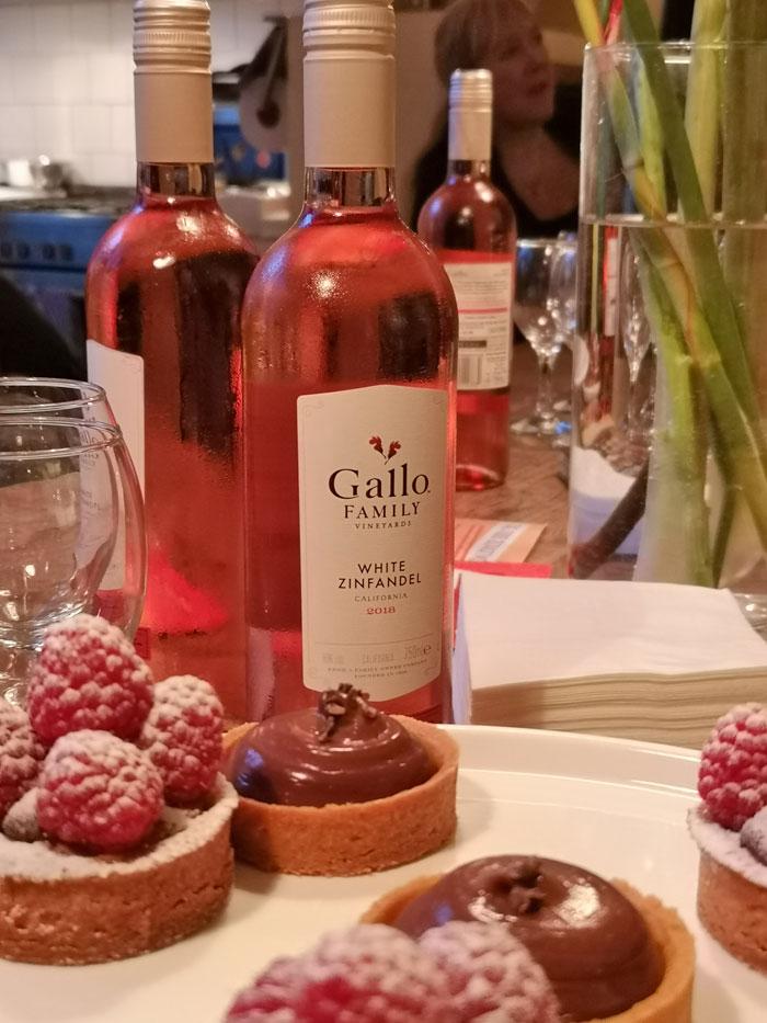White Zinfandel Gallo wijn gecombineerd met een zoet taartje