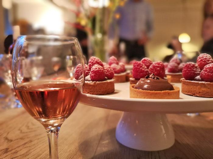 Wijn en taart, de Gallo wijn White Zinfandel combineert uitstekend met een zoetig taartje