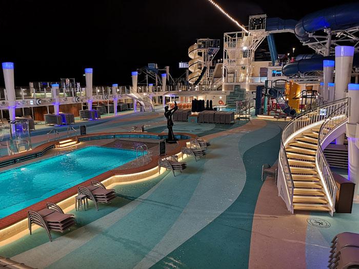 zwembad dek bij nacht