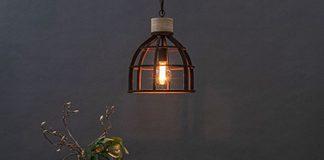 staal en houten lamp, industrieel interieur