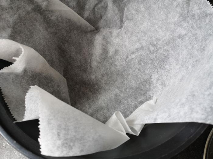 bakpapier in de slowcooker voor je appeltaart gaat bakken