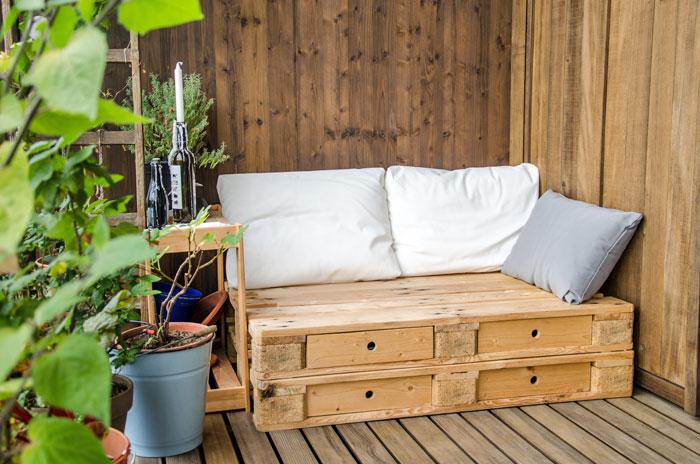 Pallet zitbank op je balkon; opknappen van je balkon en ruimte creëren