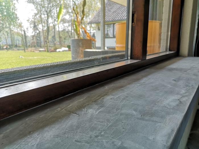 eerste laag betonstuc op vensterbank