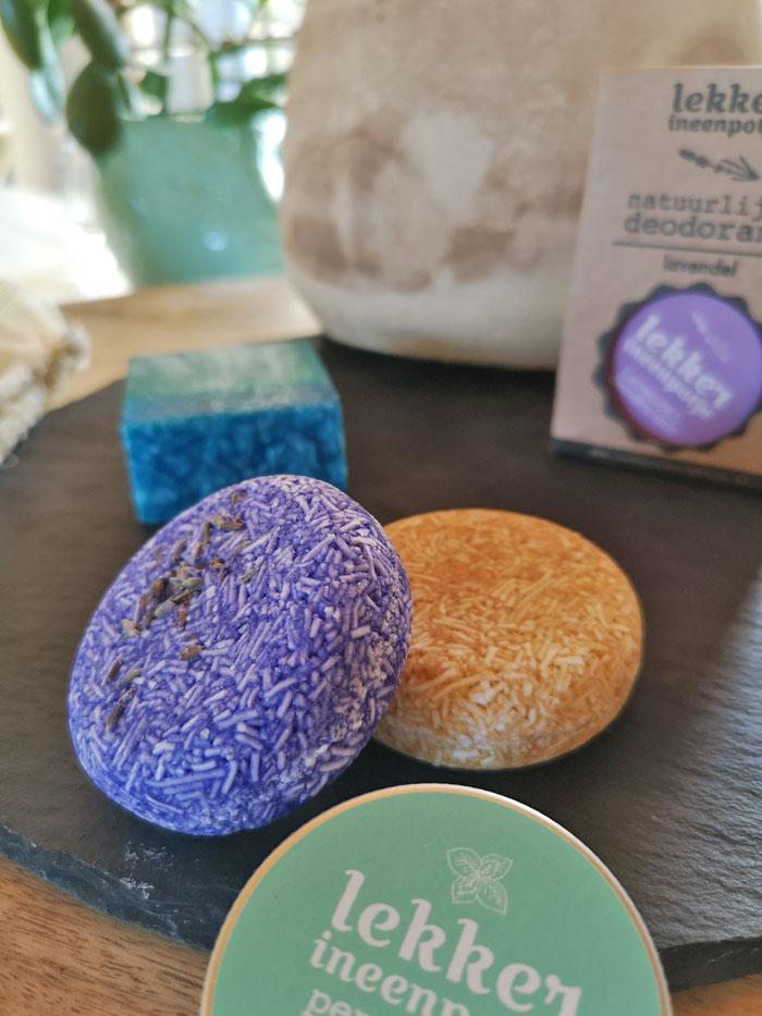 natuurlijke badkamer producten, shampoo bars, handzeep en deodorant in een blikje