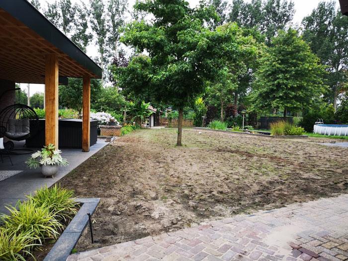 Frezen van de grond voordat je nieuwe grasmatten legt