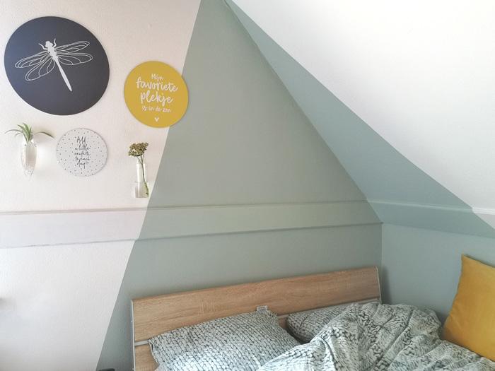 Cirkels op muren tienerkamer én een driehoek geverfd in de kleur Early Dew.