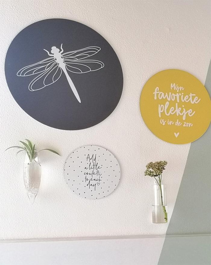 plantenvaasjes op de muur als accessoires in een tienerkamer voor een meisje.