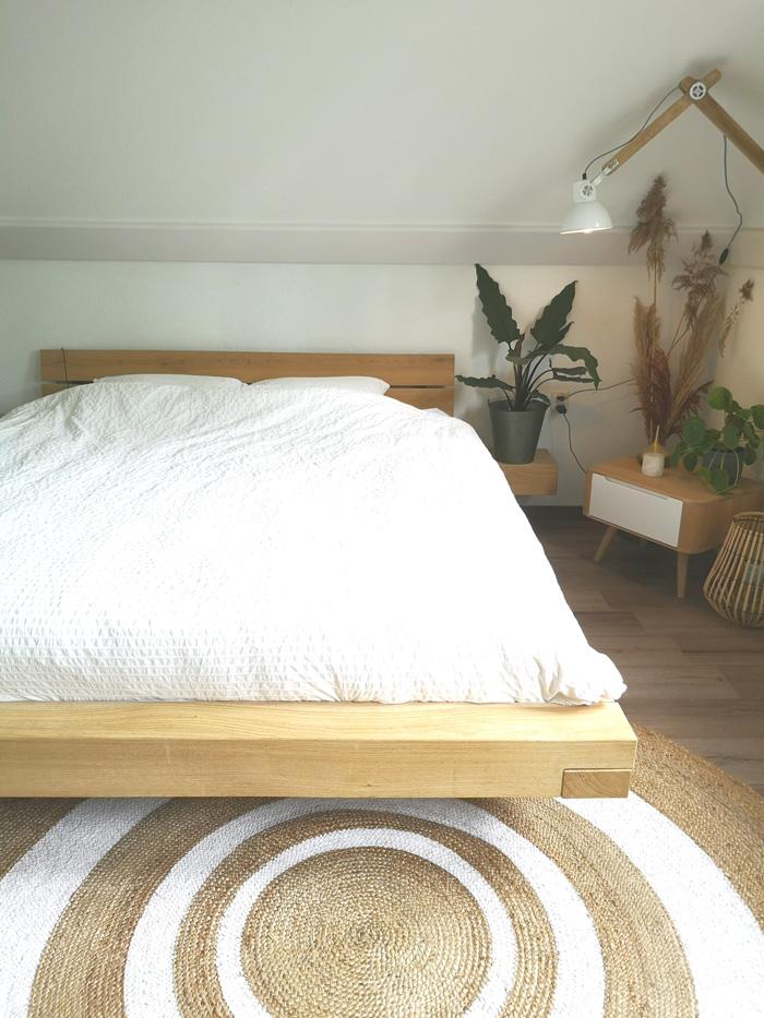 slaapkamer wit en hout met jute ronde vloerkleed