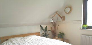 slaapkamer in wit en hout met naturel tinten