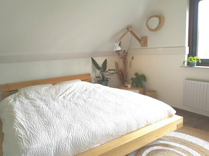 slaapkamer wit met natureltinten en hout