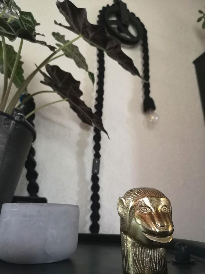 gouden accessoires combineren met zwarte woonaccessoires