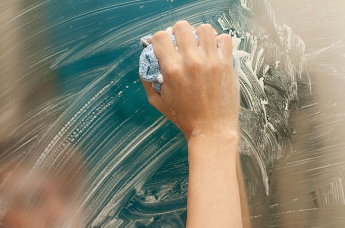 life hacks voor thuis, een spiegel insmeren met scheerschuim tegen het beslaan