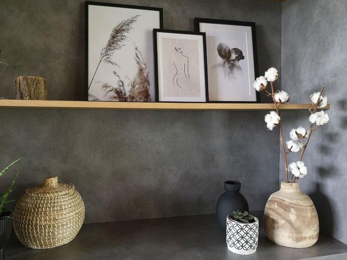 woonaccessoires in zwart, hout en grijs combineren