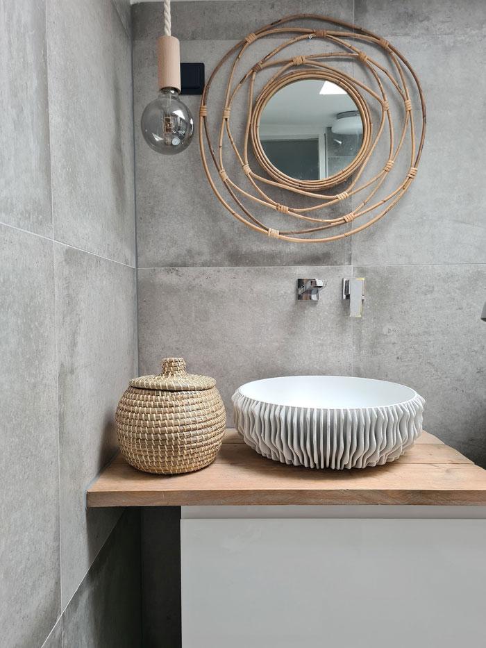 zeegras mandje in badkamer