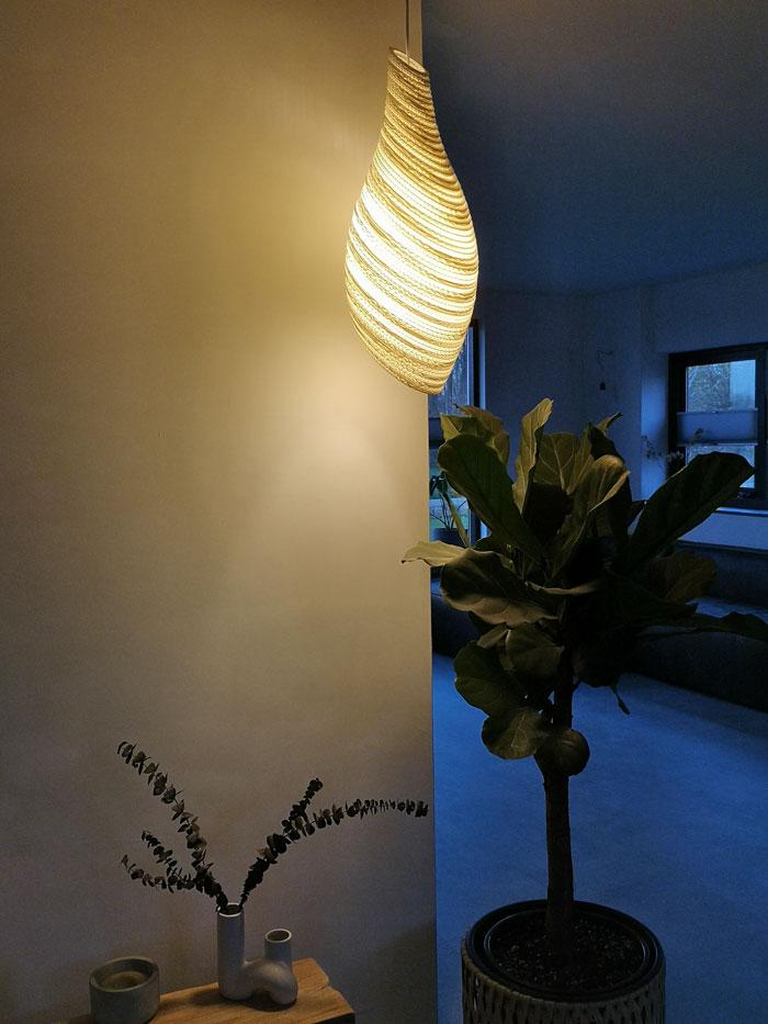 Graypants nestlamp va karton geeft prachtig licht in de avond