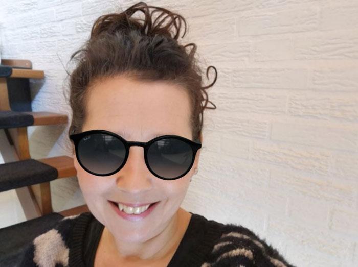 een Rayban emaa zonnebril