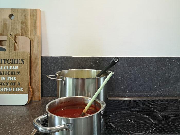 afwasbare verf in de keuken op de wand achter het fornuis